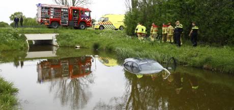 Auto vliegt uit de bocht en belandt in het water in Heerde