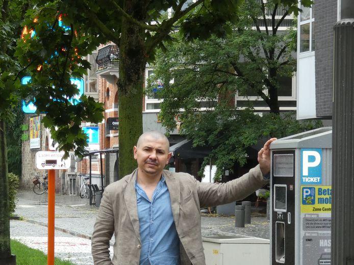 Ramis Pirigam, de uitbater van Butcher Grill&Bar, bij de parkeerautomaat.