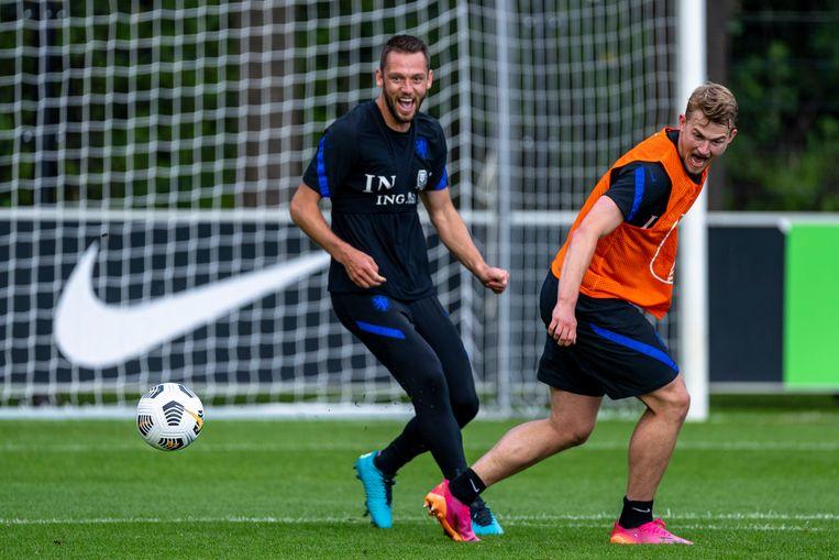 Stefan de Vrij op een training van het Nederlands elftal met zijn maatje Matthijs de Ligt.  Beeld Pro Shots / Marcel van Dorst