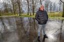 Marcel Schonewille (50) op de parkeerplaats langs de Treinweg in Aarlanderveen waar in 1999 zijn vader Hans Schonewille (47) werd doodgeschoten.