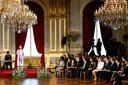 Tachtig 17- en 18-jarigen kwamen meevieren, onder wie de Antwerpse Cristale, dochter van Congolese oorlogsvluchtelingen (links vooraan). Elisabeth zette zich ongedwongen tussen hen om samen te luisteren naar een optreden van Blanche.