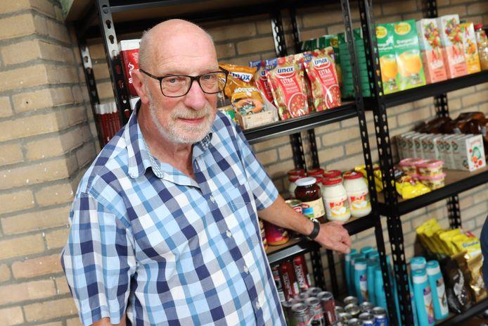 Jan Bosman heeft een alternatieve voedselbank. Woningcorporatie Maasdelta heeft de voedselbank gesloten.