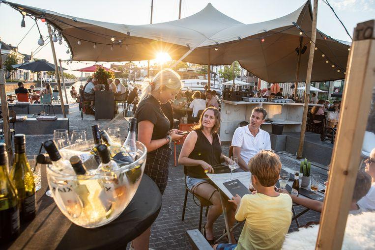 Terras aan de Kolk van grand café 't Wapen in Assen.  Beeld Harry Cock