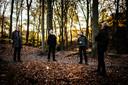 Blik op de boomkronen van Klarenbeek, waar de beuken het luchtgevecht winnen.  Vlnr Jeroen Huisman, Lodewijk Lamers, Jan Floor en Kees Hin.