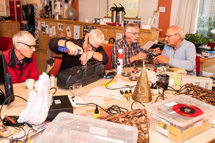 Zo kan het er zaterdag uitzien in Dronten. Repareren wat er te repareren valt. Deze foto is gemaakt in een repaircafé in Amersfoort.