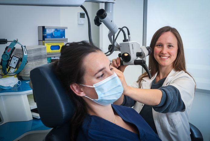 Annelore Willaert met een patiënte.