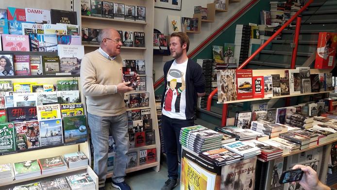 Rinus Israël ontvang het eerste exemplaar van het boek 'Ons Feyenoord' van Bob Dijkgraaf.