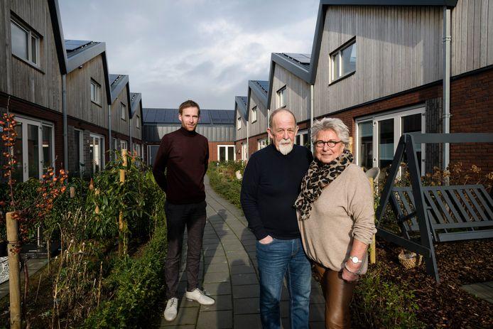 Een kijkje in de woning van Jan (baard) en Greetje (shawl) van Pel.  Tevens aan het woord en op de foto directeur Niek Nijenhuis (coltrui) van Novito.