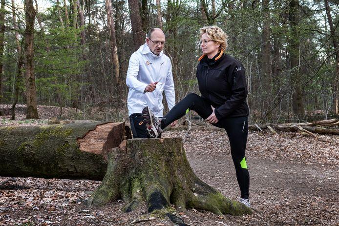 Fysiotherapeut Peter Eemers met opnieuw herintredende hardloopster Wendy Meij-Van den Wildenberg.