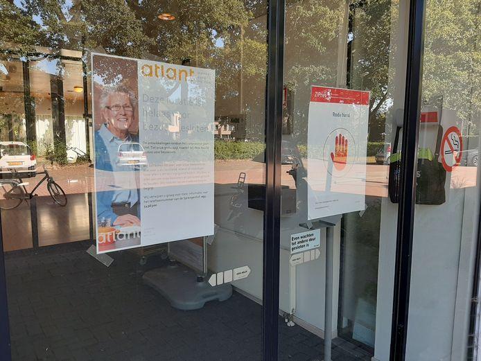 Op de toegangsdeuren van Sprengenhof staat duidelijk aangegeven dat bezoek voorlopig niet welkom is.