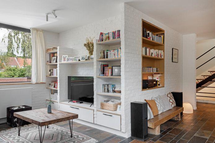 Dans le meuble du coin TV, la cloison centrale en briques a été supprimée pour pouvoir accueillir un écran aux dimensions actuelles, mais le concept des niches d'origine demeure.