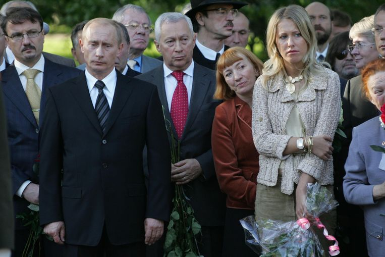 Poetin en Sobtsjak bij de inhuldiging van het grafmonument van haar vader. De omstandigheden van zijn overlijden in 2000 zijn in nevelen gehuld. Beeld Alamy Stock Photo