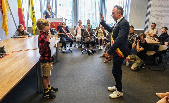 Kersvers kinderburgemeester Bas Stockman legt de eed af, bij burgemeester Francis Benoit