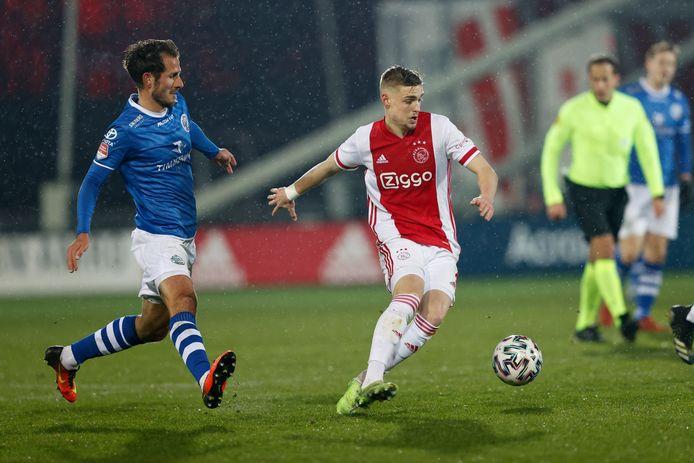 Paco van Moorsel (links)  namens FC Den Bosch in duel met Kenneth Taylor van Jong Ajax.