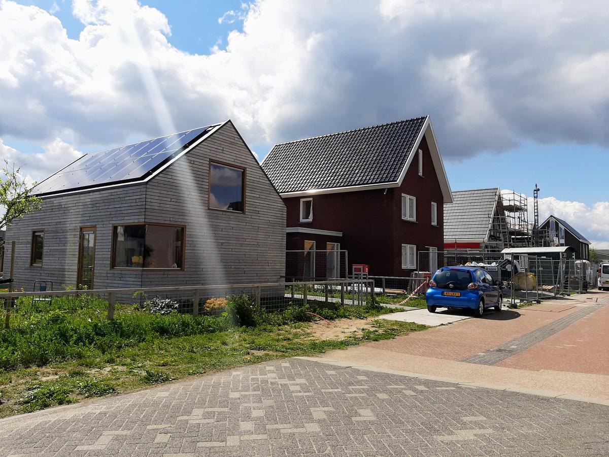 Nieuwbouwwijk De Strijp in Doesburg. Met op de voorgrond een woning met houten gevelbekleding en daarachter een woning opgetrokken uit bakstenen.