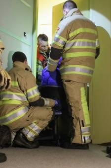Hand klemvast in brievenbus: Zeister brandweer moet deur kapot zagen