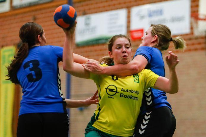 De handbalsters van Wesepe - in het blauw Esmee Dijkslag (3) en Marjolien Roesink tegen Overwetering - dalen vrijwillig af naar de eerste klasse.