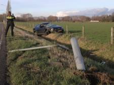 Bestuurster verliest in Waalwijk macht over stuur, rijdt lantaarnpaal eruit en belandt in sloot