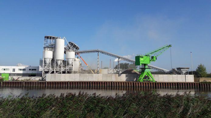 Een silo bij betonproducent Bruil in Geertruidenberg is deels ingestort.