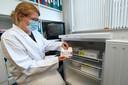 Doktersassistente Gerdien Wissink toont de AstraZeneca-vaccins die in Lichtenvoorde in de koelkast liggen.
