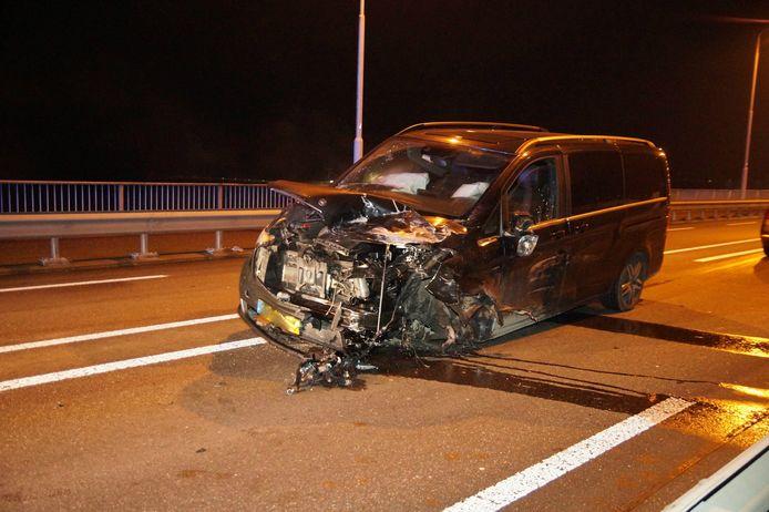 Eén van de twee auto's die betrokken zijn bij het ongeluk op de brug over de Maas.