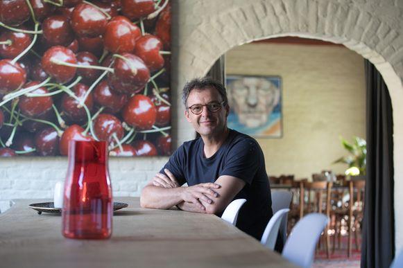 Karel Vaes in zijn fruitkelder in Helshoven
