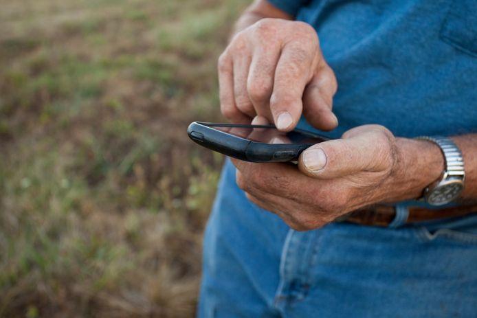 Personne âgée sur son téléphone. Illustration.