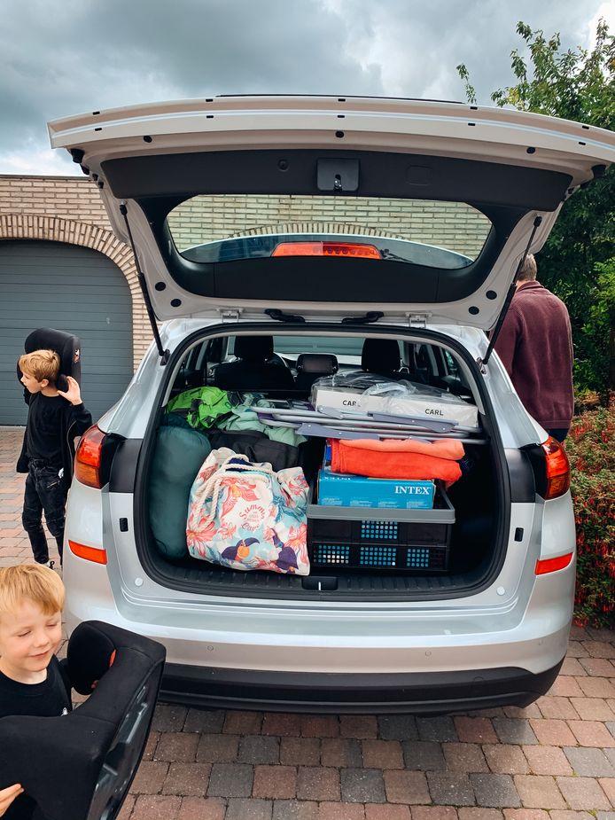 Onze volle autokoffer doet vermoeden dat we voor onbepaalde tijd naar het buitenland verhuizen.