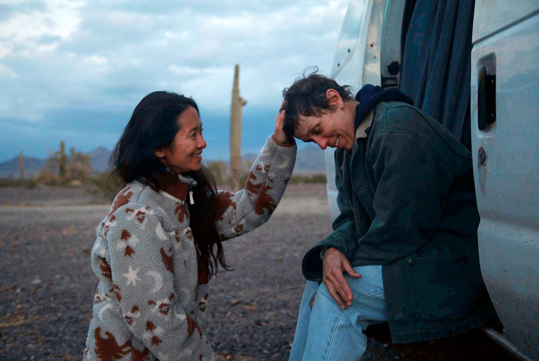 Chloé Zhao met hoofdrolspeler Frances McDormand op de set van haar bekroonde film Nomadland. Beeld AP
