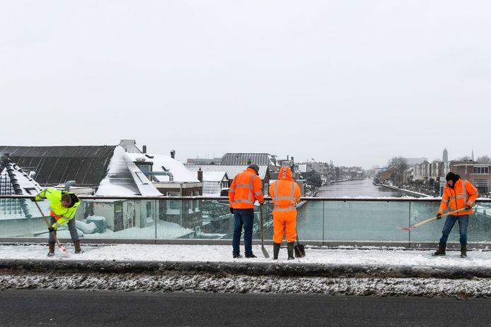 Door de sneeuw kunnen verschillende bruggen in Alphen niet open, hierdoor is de scheepvaart gestremd.