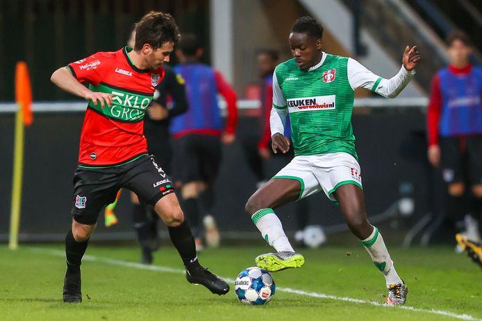FC Dordrecht-speler Richie Musaba (rechts) tracht NEC'er Jordy Bruijn uit te kappen.