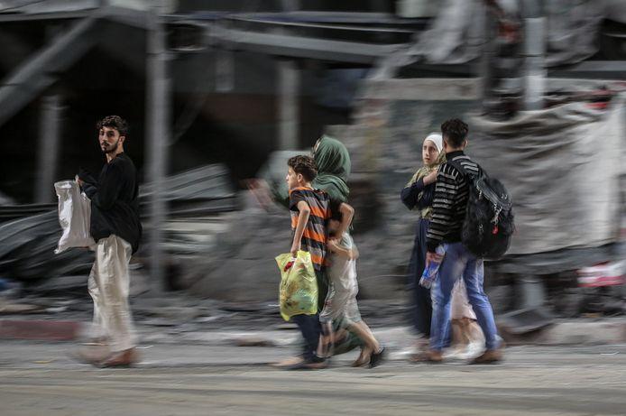 Een Palestijnse familie vlucht uit hun woning in de Al Shejaeiya-wijk tijdens luchtaanvallen in het oosten van Gaza-Stad.