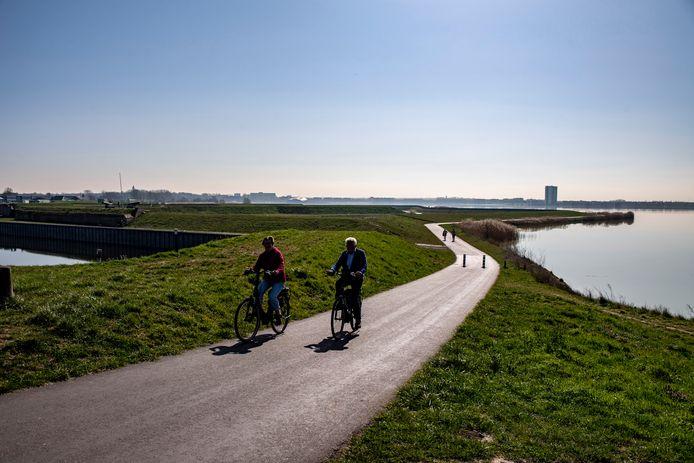 Fietsers passeren de Waterschans, aan de zuiderwaterlinie. De Langeafstand Fietsroute verbindt straks drie linies: de Stelling van Amsterdam, de Nieuwe Hollandse Waterlinie en het West-Brabantse deel van de Zuiderwaterlinie.