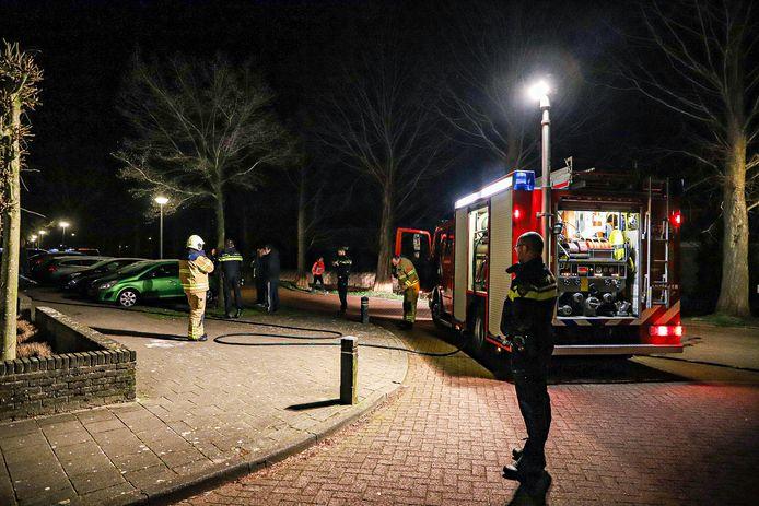 De brandweer rukt uit voor woning vol rook in aan de Bazuinstraat in Harderwijk.