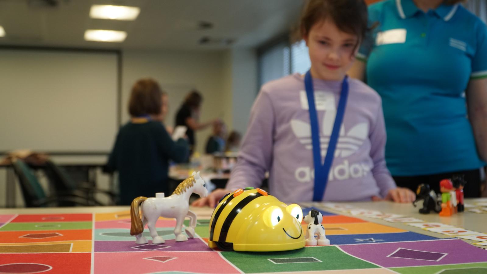Om meer genderdiversiteit op de werkvloer te krijgen, is het belangrijk dat jongens en meisjes al heel vroeg kennismaken met STEM.
