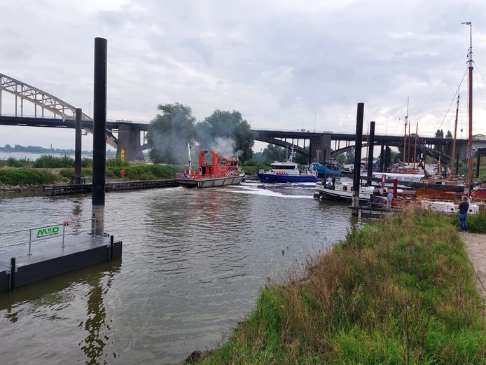 Een plezierschip is in vlammen opgegaan in de Lindenberghaven in Nijmegen.