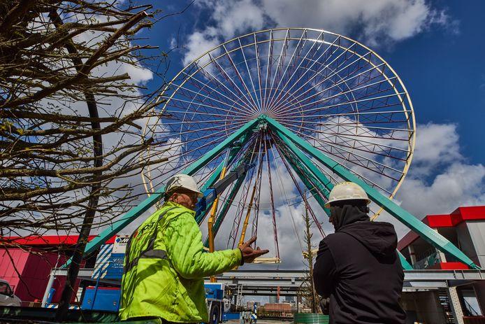 Het reuzenrad van Attractiepark Rotterdam mist op deze foto nog het allerlaatste verbindingsstuk om de cirkel rond te maken.