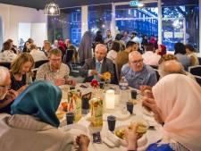 Nog nooit op een iftar geweest? Hier kun je deze ramadan aanschuiven