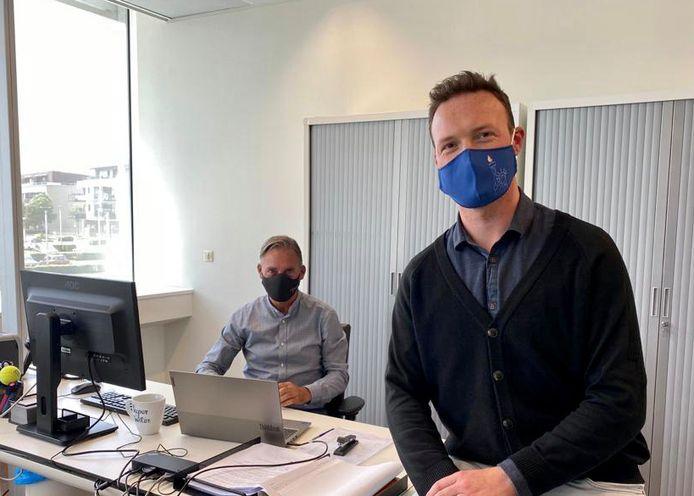 Schepen van sociale zaken Patrick Vermeulen en gemeenteraadslid Bart Van Geyt zijn tevreden met de invoering van de digicheques waarmee men de digitale kloof wil verkleinen.