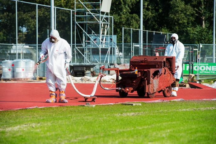 Waalwijk , Atletiekbaan wordt aangelegd en hier geven ze hem een kleurtje