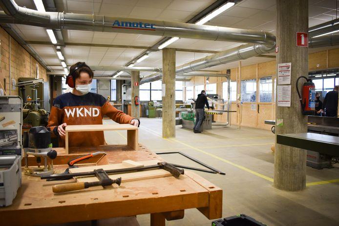 De leerlingen aan het werk in de vernieuwde ateliers.