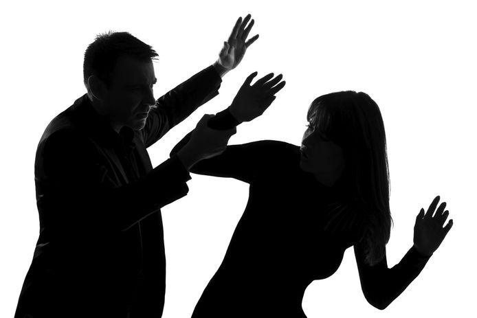 Foto ter illustratie: De Zwollenaar zou de vrouw uit Nieuwleusen in het gezicht hebben geslagen, haar keel hebben dichtgeknepen, haar hebben vastgebonden en zelfs toen ze op de vloer lag op haar keel hebben gestaan. En dat ze tegenstribbelde? Ook dat hoorde volgens hem bij hun 'spel'.