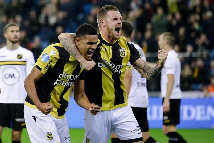 Maikel van der Werff (rechts) viert feest met Danilho Doekhi in het duel met NAC. De Noord-Hollander speelt nu, Doekhi zit op de bank.