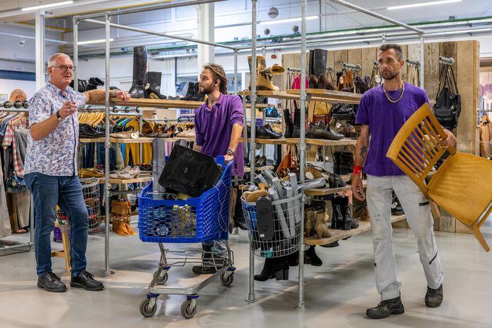 Bedrijfsleider van Het Goed in Schijndel Hans van den Born (links) zorgt ervoor dat zijn werknemers Menno Schelle en Sander de Ruiter de artikelen op de juiste plek zetten.