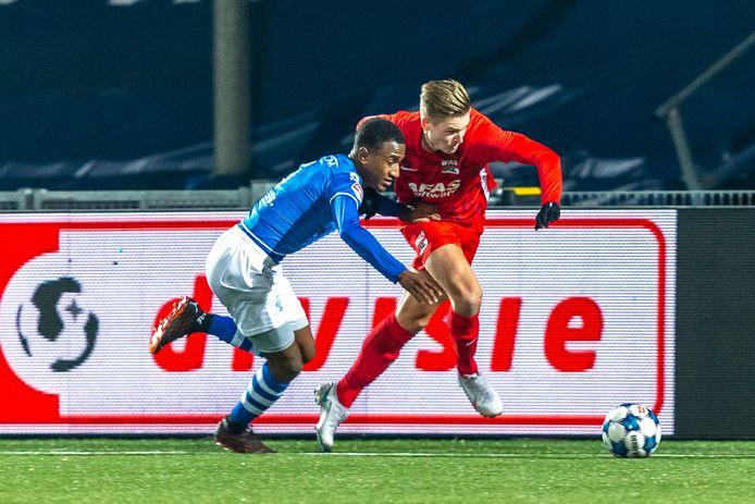 Kevin Felida (links) namens FC Den Bosch in duel met Jelle Duin tijdens de vorige ontmoeting met Jong AZ.