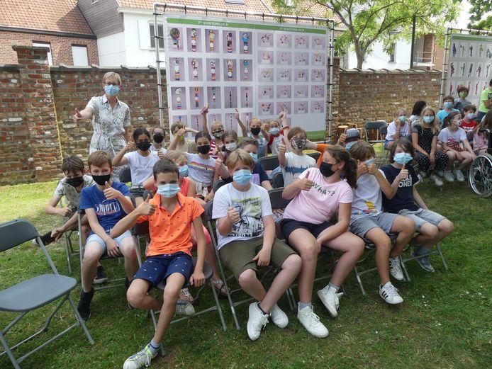 Enkele leerlingen van De Leiebloem bij de kunstwerken.