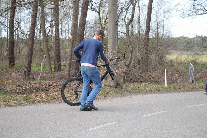 De fiets van de wielrenner brak in tweeën