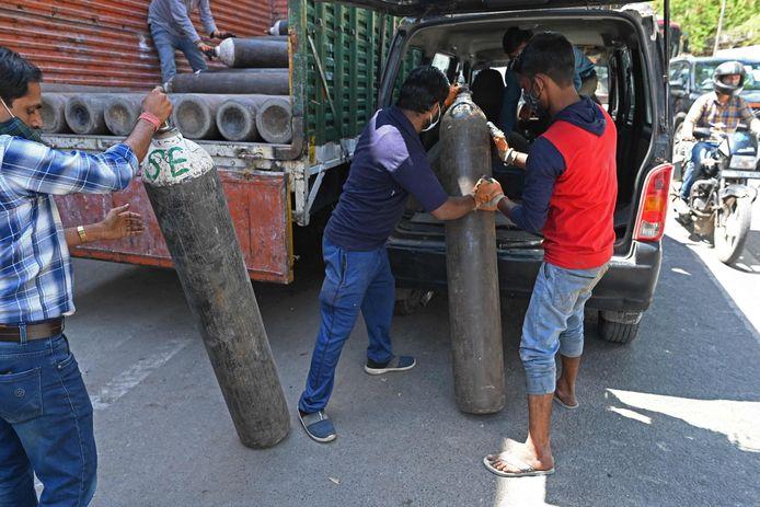 Uit het hele land worden zuurstoftanks naar de grote steden vervoerd