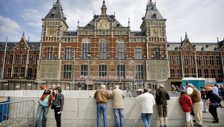 Bij het 'natte Damrak' zou de tram ondergronds moeten gaan en het metrospoor volgen tot aan Amsterdam-Noord. Foto ANP/Ade Johnson Beeld
