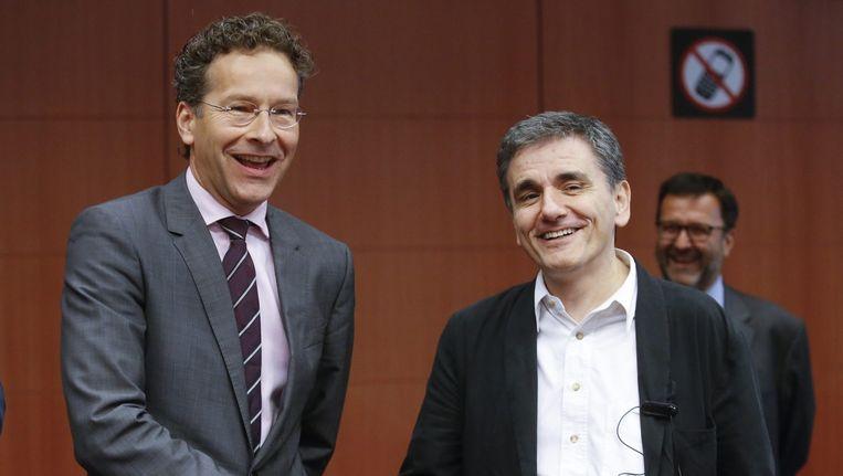Eurogroepvoorzitter Jeroen Dijsselbloem (l) en Euclid Tsakalotos, de Griekse minister van financiën tijdens de eurogroep in Brussel. Beeld epa